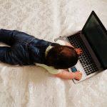 Bimbo sdraiato al PC